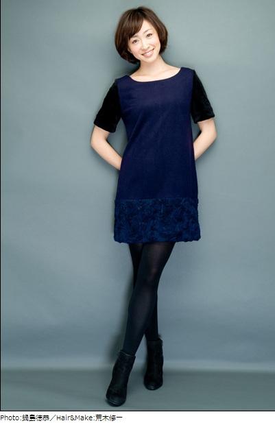 紺のワンピースを着ている黛英里佳